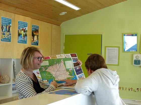 Célia, experte locale de destination, informe un visiteur.