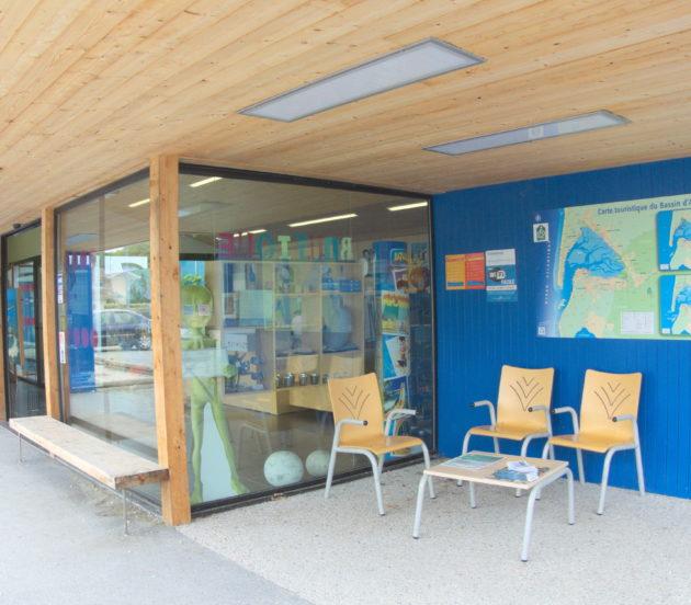 Espace extérieur avec des sièges et de la documentation à l'office de tourisme d'Arès