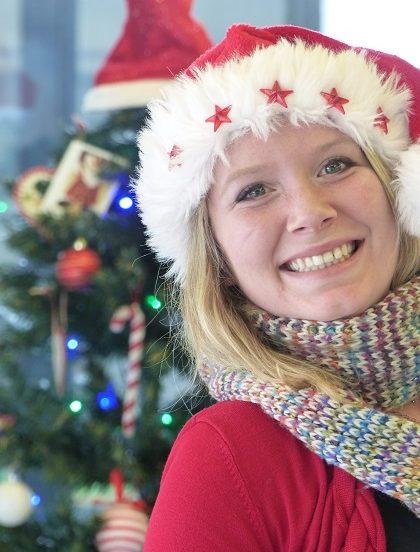 Célia fête Noël avec son bonnet rouge.