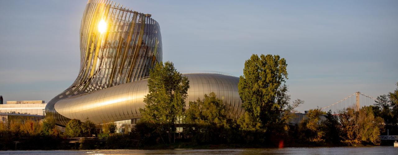 La cité du vin au couché du soleil, vue depuis la Garonne.