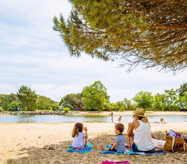 Goûter en famille sur la plage du plan de baignade de St Brice à Arès.