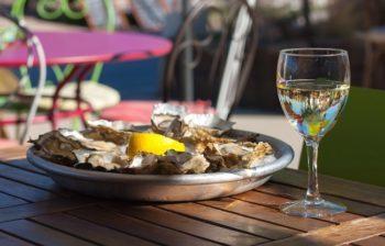 Un des lieux préférés de Célia, déguster des huîtres sur le Port Ostréicole.
