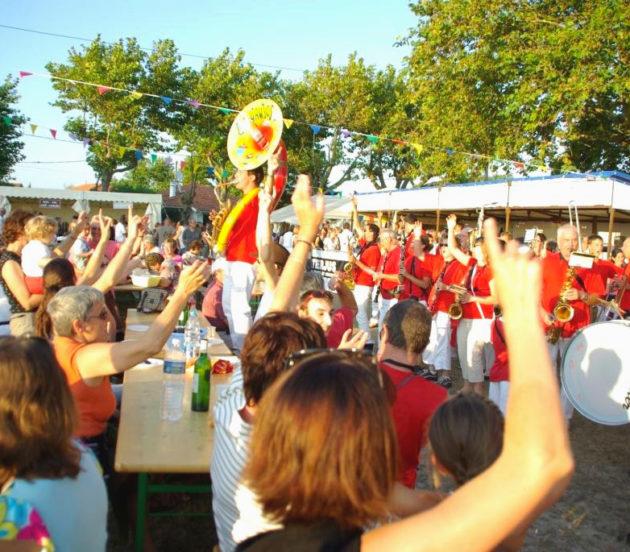 La Banda qui joue à la Fête de l'Huître à Arès