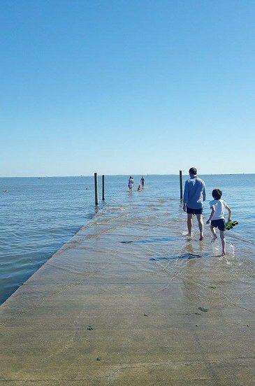 Moment de détente sur la jetée d'Arès à marée haute.