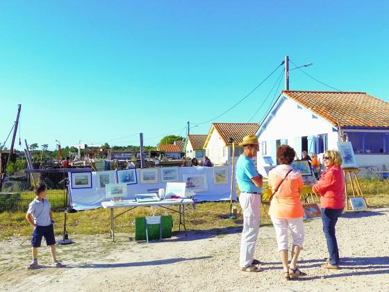 Des artistes locaux exposent leur travail sur le port ostréicole.