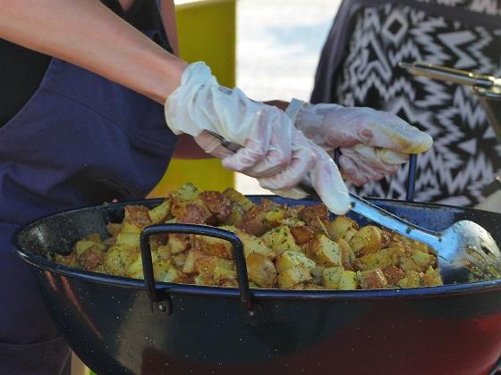 Stand de pommes de terre à la Salardaises sur le marché des producteurs de Pays