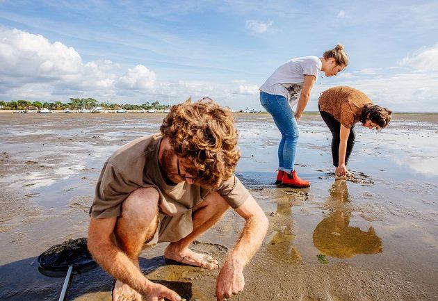Pêche à pied sur le Bassin d'Arcachon avec un guide.