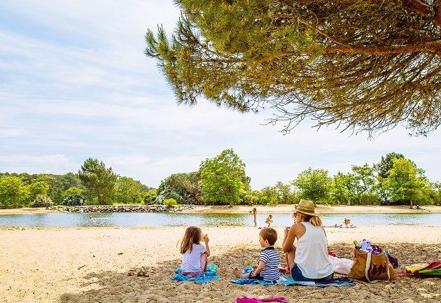 Goûter en famille au bord du plan de baignade de St Brice à Arès.
