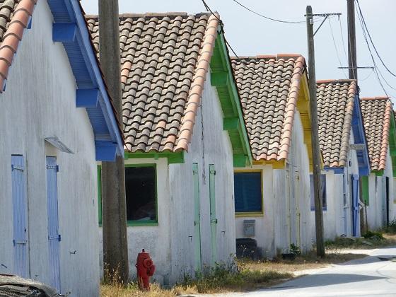 Cabanes colorées du port ostréicole d'Arès
