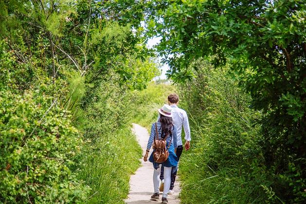 Promeneurs sur un sentier de la réserve des Prés Salés à Arès.