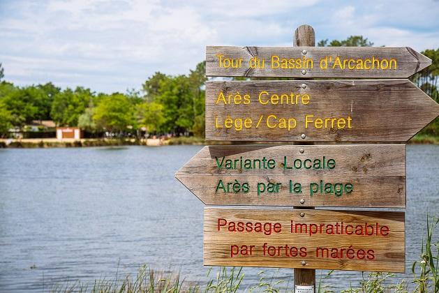 Panneaux indiquant des balades sur le site naturel de St Brice à Arès.