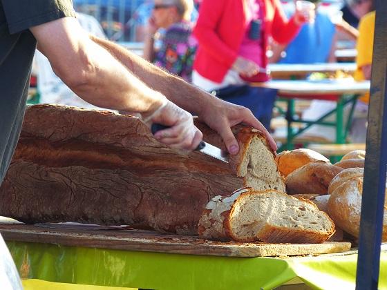 Stand de pain sur le marché des producteurs de pays à Arès.
