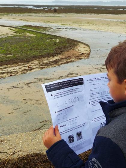 Enfant qui réalise une piste de Robin à Arès.
