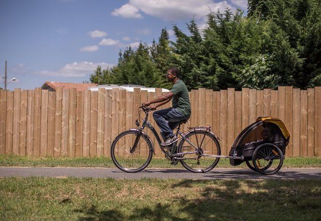 Se déplacer à vélo sur la Vélodyssée à Arès.