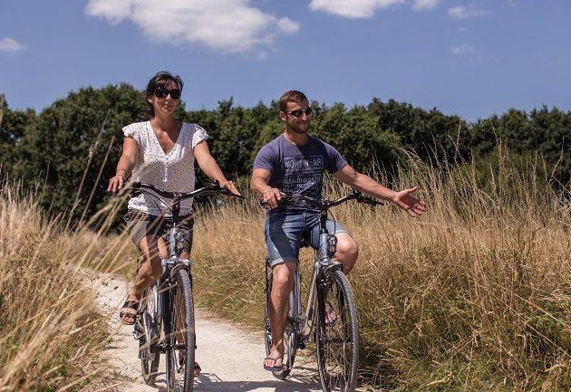 Balade à bicyclette en couple sur le chemin des lapins - Arès