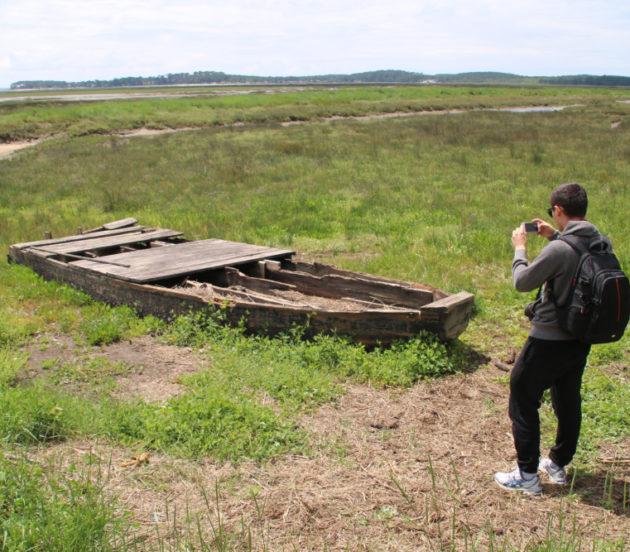 Vieille barque à l'entrée de la réserve naturelle nationale des Prés Salés