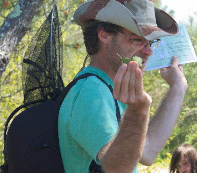 Alexandre guide naturaliste qui fait découvrir son métier aux enfants