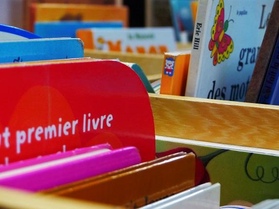 Livres pour les enfants à la bibliothèque d'Arès