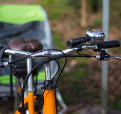 Bicyclette et sa remorque sur le bord de la piste cyclable du Bassin d'Arcachon.