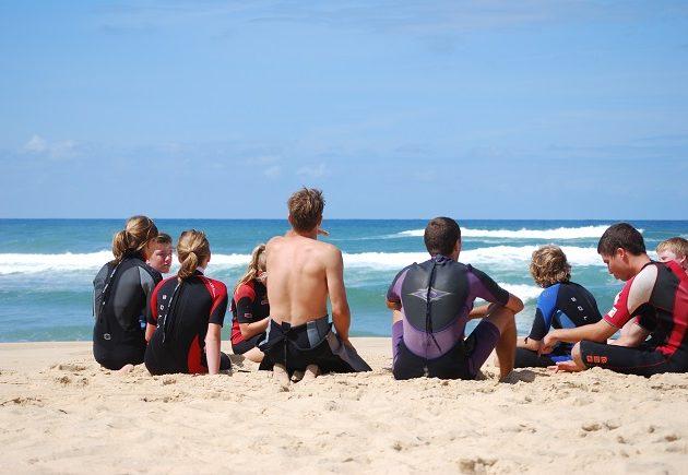 Groupe de jeunes surfeurs sur la plage océane, Bassin d'Arcachon.