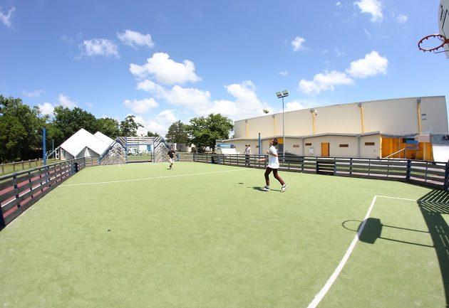 Joueurs de foot sur le terrain multi-sports d'Arès.