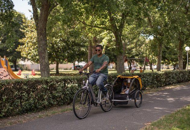 Un père et son enfant à vélo, en toute sécurité à Arès.