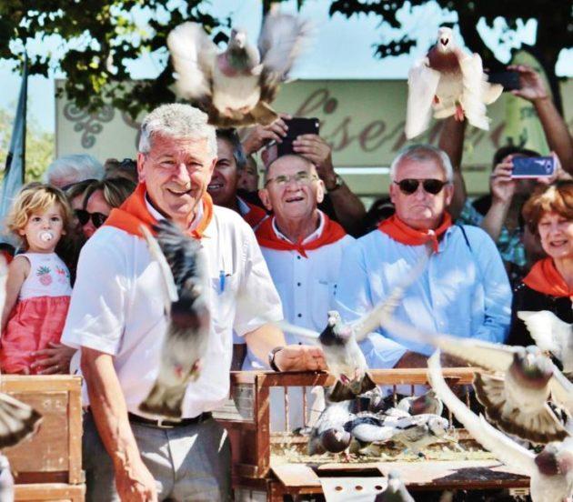 Lâcher de pigeons lors de l'inauguration de la Fête de l'Huître d'Arès