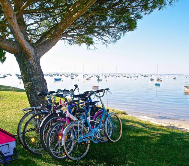 Vélos au bord de la plage à Arès