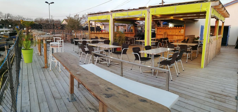Cabane de dégustation et sa terrasse, au coucher de soleil sur le port ostréicole d'Arès