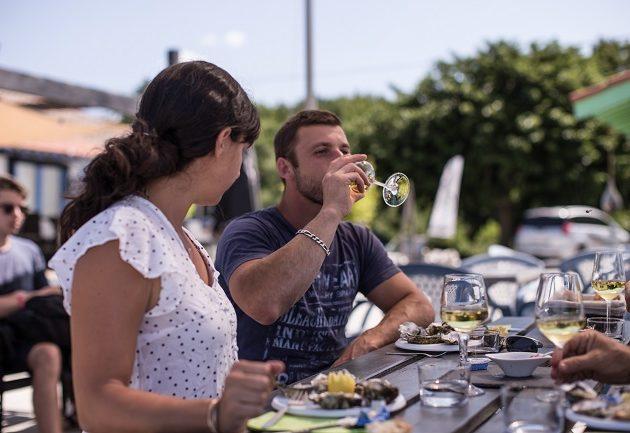 Dégustation d'huîtres, en couple, sur le port ostréicole d'Arès